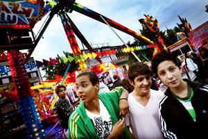 """Extremt orädda. Carlos Vargas, Rovan och Mahta Afsas har precis åkt klivit av karusellen Extreme fly.  Den extrema åkturen är inget som skrämmer dem och de litar på att karusellen är säker: """"Man tänker inte på säkerheten, man skriker"""" säger Mahta."""