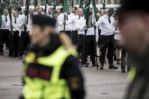 Nazistiska Nordiska motståndsrörelsens demonstrationståg väckte starka reaktioner bland Borlängeborna.