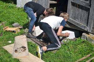 Oskar Gyllenhammar och Erik Bäckström bygger en ny trappa åt den gamla damen.