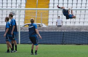 Petter Hansson klättrar i målburen under träningen på måndagen på Ta´Qali National Stadium i Valetta, Malta, inför VM-kvalet mellan Malta och Sverige.