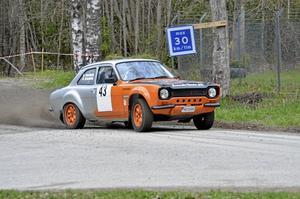 Långväga. Öistein och Eira Solberg kör för SMK Eda nära norska gränsen i en Ford Escort.