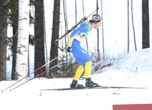 Tiio Söderheim från Biathlon Östersund passerade mållinjen som tvåa i jaktstarten.