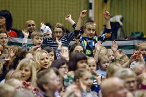 Det var många barn i Idrottshallen för att lyssna på Mora Träsk.