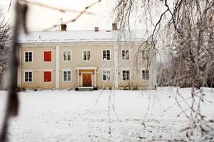 Kungsgården på Frösön var tidigare bostad åt flottiljchefen, nu säljer kommunen byggnaderna och vill arrendera ut tomten på fem hektar.