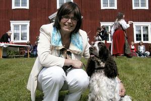 Lotta Mossberg med sin hund Ina, som var uppe i Hälsingland på snabbvisit. En lunch i Alfta gästgiveri hann hon även med innan färden till Norrtälje.