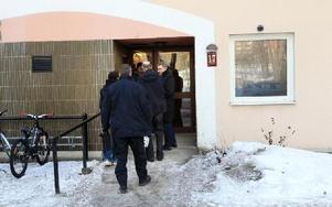 Polisens tekniker på väg in för att undersöka vad som misstänktes vara en bomb.FOTO: STAFFAN BJÖRKLUND
