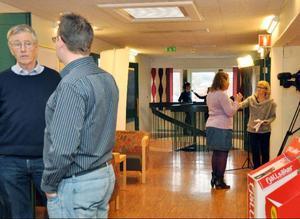 Mediaintresset var stort vid gårdagens presskonferens. Det blev många intervjuer med råden.