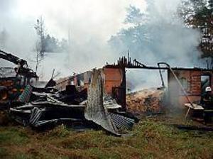 Foto: ULF GRANSTRÖM Brand i Österbor. Ladugården totalförstördes vid en brand som troligen var anlagd.
