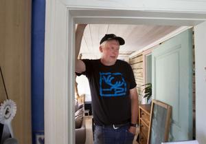 Sven-Olof Forslin visar ett av rummen på övervåningen som en äldre kvinna tros spöka i.