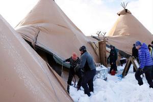 Rejäla stormbyar drog i över västra Härjedalen som gjorde att arrangörerna hade fullt upp med att förankra de stora tältkåtorna på Risnäset.