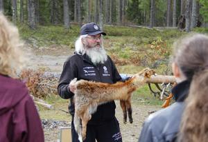Inför skytteövningen visar Jan Sjöholm, från Storöringens fiskeklubb, upp ett rävskinn för eleverna.