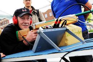 Anders Indset provade skytte för synskadade och träffade en av fem måltavlor med hjälp av ljudet i hörlurarna.