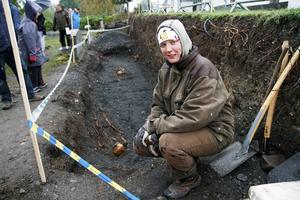 Anna Engman vid utgrävningsplatsen på Frösö kyrka.