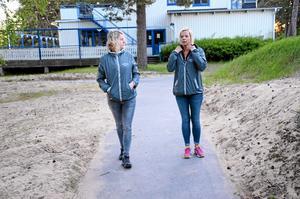 Finns där. Fältassistenterna Erika Föllinger och Malin Felldin har tagit sig till Hargebaden där det är populärt att vara för unga.