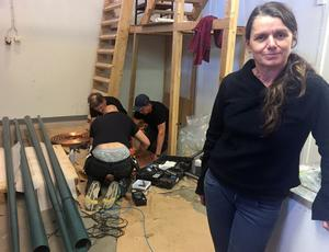 Arijana Kajfes får hjälp att sätta samman sitt nya verk