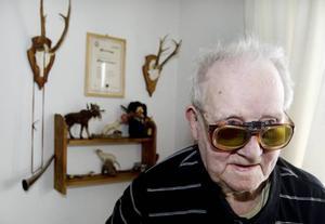 SKIDFANTAST FYLLER 100. Georg Strid bor i egen lägenhet på Fyrklövern i Skutskär sedan 3,5 år och trivs alldeles utmärkt. Just nu under skid-VM är det extra trevligt, då Georg, som själv åkt mycket skidor i sina dar, har många högtidsstunder framför tv:n att se fram emot. Men just i dag, söndag, måste han slita sig från sändningarna en stund för att vara med när hans 100-årsdag ska firas i Fyrklöverns matsal.