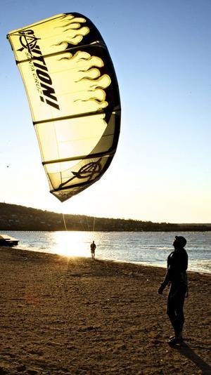 Det blåste ungefär nio meter per sekund sydvästlig vind på tisdagen när David och Lars kitesurfade på Siljan.