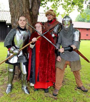 Erik Kullander, Margaretha Säterdal, Gustav Mattsson och Johan Gummesson är redo för den stundande medeltidsmarknaden.