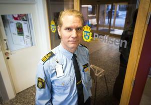 Josef Wiklund vid polisen hävdar att det var en kvinnlig polis med när Moa tvingades ta av sig sina kläder.
