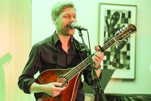 Magnus Zetterlund, mandolin och sång.