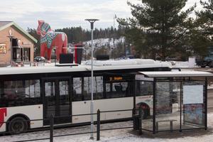 Klockan 13.53 den 7 september klev den misstänkte på bussen vid Dalahästen för att åka till Skogsbo. Då registrerades hans busskort enligt åklagarens uppgifter i förundersökningsmaterialet.