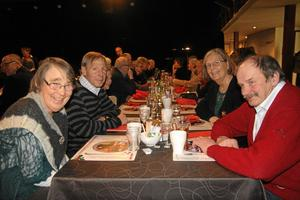 Nya vänner. Kerstin och Arne Moberg från Vretstorp och Billy och Barbro Höög från Svartå, stiftade ny bekantskap till bords. De hade idel beröm till kören och revysällskapet.