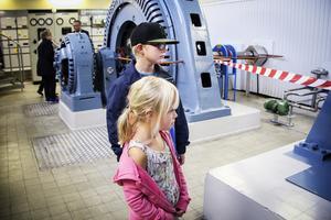 Ella Mattson och  Noel Mattson tittar intresserat på den snurrande turbinen.