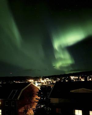 Norrsken över centrala Örnsköldsvik på tisdagskvällen, bilden är tagen från Villagatan av Ida Norberg.