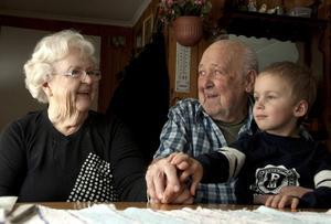 I 70 år har Karin, 90, och Sigvard Andersson, 89, varit äkta makar. Här tillsammans med barnbarnsbarnbarnet Gustaf som är femte generationen i släkten.