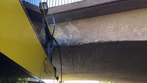 Bussen är fyra meter hög. Viadukten har 3,5 meters fri höjd. Bussens övervåning trycktes ihop i fronten vid olyckan.