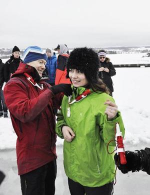 Moa Olsson får hjälp med isdubbarna av idrottsläraren Martin Persson som hållit i isutbildningen i alla fjorton år.