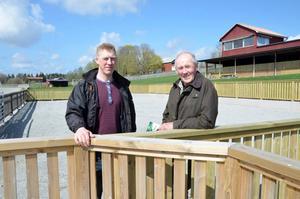 Sebastian Hedblom, huvudtränare på Fornaboda, och Roland Berg, ordförande i Linde travklubb, är förväntansfulla inför premiären på den nyrustade travabanan.