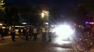 Här utanför en nattklubb i centrum försöker polisen avstyra fotbollsbråk.