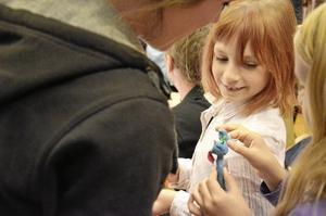 Systrar. Milinda Lindgren gav sin syster en komplimang för den fina, ljusblåa lerfiguren som var stjärnan i hennes film.