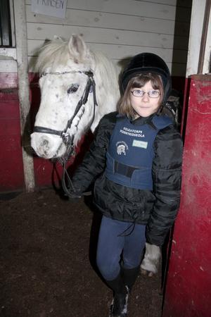 Rebecka Ramström är åtta år ung men har redan hunnit rida två år på Folkatorps ponnyridskola. Först med de hörande barnen och nu tillsammans med de döva barnen under Jenny Grahns lektioner.