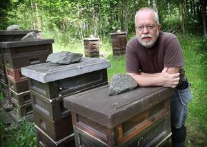 Matts Olsson har stödfodrat bina med sockervatten.