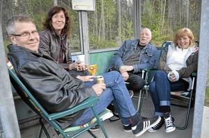 Roland Högberg, Carina Karlsson, Kenth Karlsson och Karin Norman hade bänkat sig i busskuren i Ingelsby i väntan på mc-kortegen från Askersund.
