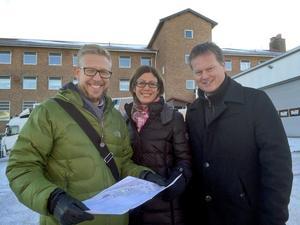 Hans-Åke Oxelhöjd, fastighetsstrateg, Bodil Hansson (S), ordförande i plan- och utvecklingsutskottet och Peter Clemin, vd på Skifu på platsen där det nya p-huset ska byggas.