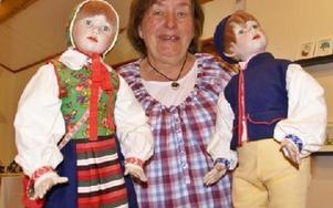 Inger Jacobsson har rotat sig i Rättvik och har själv gjort de egna dockorna till de sockendräkter en annan person tillverkat.FOTO. HANS BLOOM