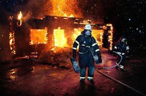 Räddningstjänsten i arbete vid en brand i Norns bruk i december 2012.
