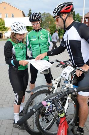 Karina Larsson och Tony Larsson från Kungsör är löpare i grunden men ger cykeln en chans. Här diskuterar de bansträckningen med Carl Alfred Falk från Kopparberg.