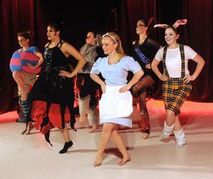 Alice i Underlandet var mer än en julshow. En fullfjädrad dansföreställning med de mest fantastiska kostymer signerade Andreas Erbrink.