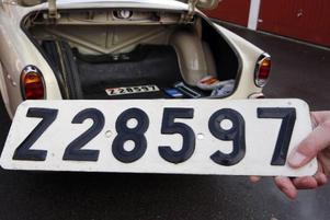 De ursprungliga nummerskyltarna ligger kvar i bakluckan tillsammans med ett orört reservdäck.