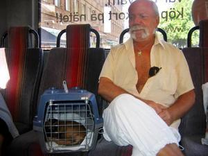 Tommy Holmgren, här med hunden Mimmi, är helt utpumpad och törstig varje gång han kliver av bussen vid värme.