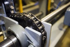 Erfarna ingenjörer och arbetare tar fram utrustningen som Almab i Storvik säljer till sågverk i både Sverige och utomlands