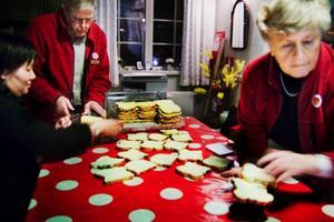 Fredagsöppet i Gamla Kyrkan inleds med förberedelser. Prästen Jennie Nordin, Sixten Bjurebring och Ulla Frost förbereder mackor till kvällens fika i Gamla kyrkan.
