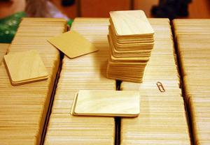 Så här ser korten av finsk björk ut  som ska tillverkas i Hede.Den tyska tryckpressen kostade sex miljoner kronor och har en kapacitet på 15000 kort i timmen. Foto: Leif Eriksson