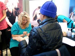 Christina Stenlund målar, eller ska vi säga skulpterar, naglarna på Marianne Olsson.