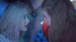 """""""Det som händer Noora i tv-serien 'Skam' – till skillnad från huvudpersonerna i 'Just nu är jag här', 'Tripprapporter' och 'Finna sig' – är att  hon märker att både hennes vänner och killen hon gillar tycker om henne även när hon visar vad hon verkligen känner"""", skriver Virve Ivarsson."""