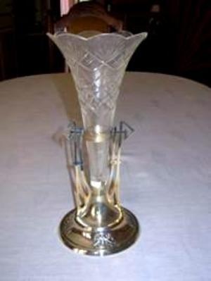 Tjusig fot. Även Lars och Barbro Carlsson har mejlat in en bild på en vas som liknar den vi visade på bild i förra veckan. Här med en variant på fot och ställning.